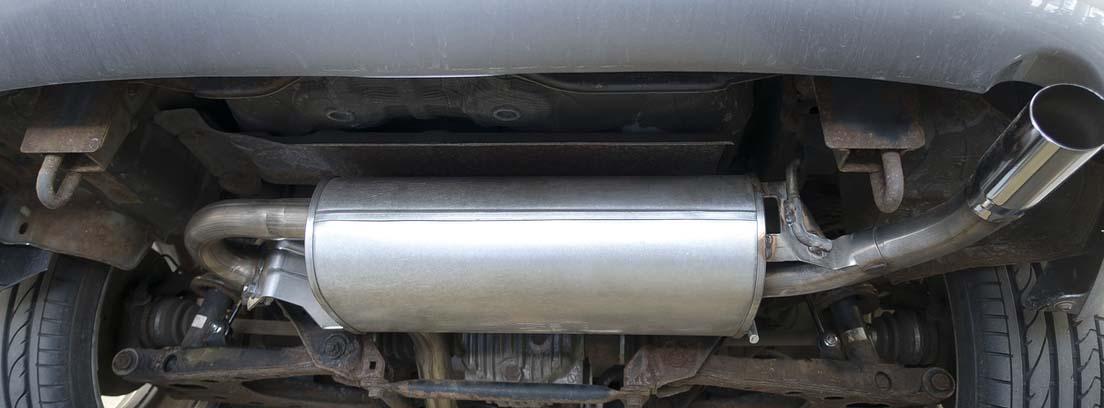 Vista inferior de la zona de emisión de gases de coche.