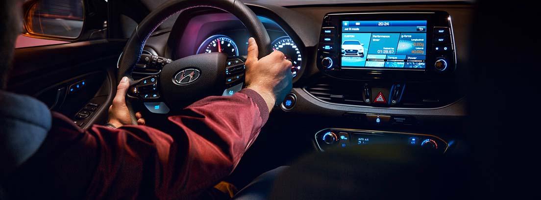 hombre conduciendo un Hyundai i30
