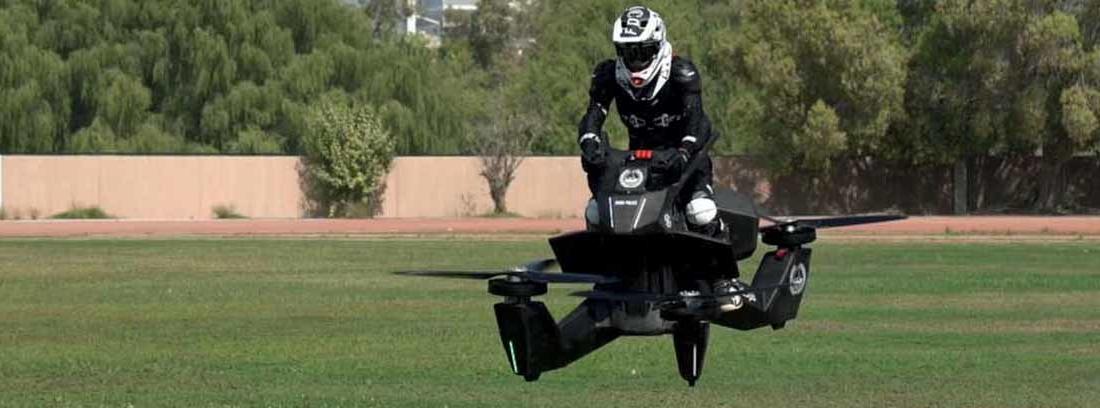 Policía en una de las motos voladoras de Dubái
