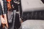 Pinzas de carga puestas en batería de un coche
