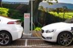 dos coches eléctricos blancos recargando su batería