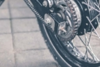 Vista de suspensión trasera y rueda de una moto