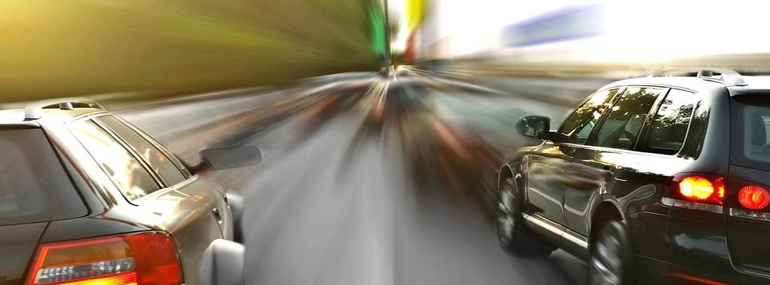 Un coche adelantando por la derecha a otro en una vía