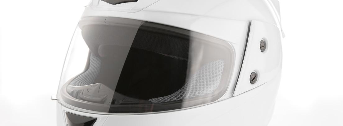 casco de moto con pantalla blanco