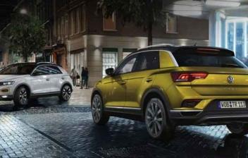 Dos Volkswagen T – Roc en calle de noche