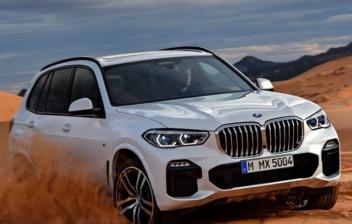 Prueba del BMW X5 blanco en una zona de arena