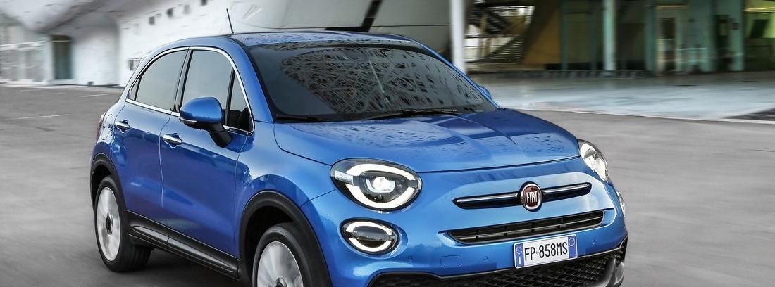 Fiat 500 x azul en carretera