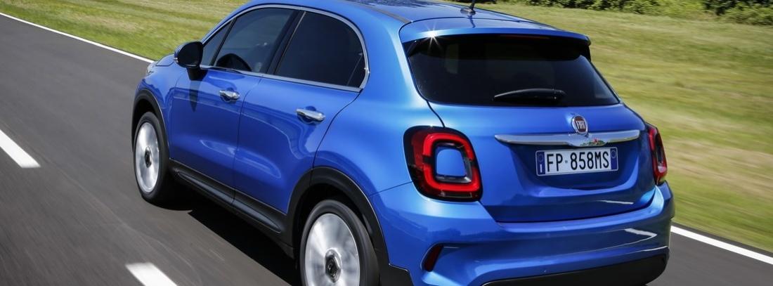 Fiat 500 x azul en carretera en vista trasera