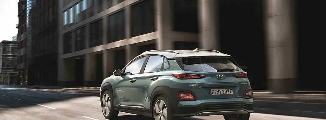Hyundai Kona eléctrico circulando por ciudad