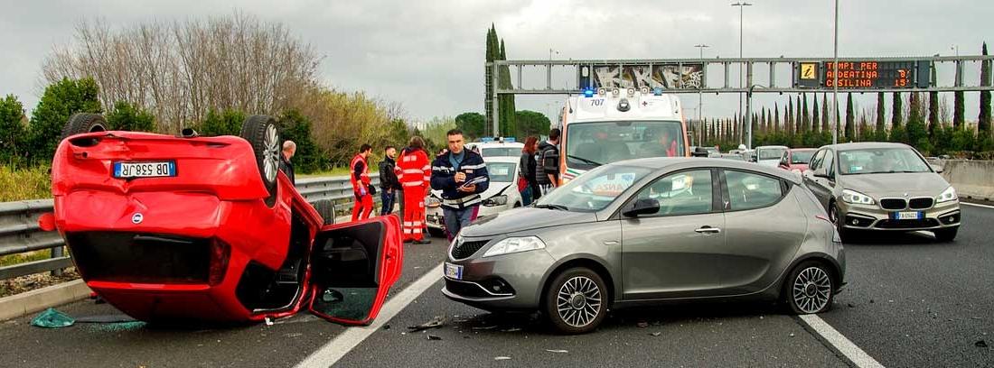 Coches diferentes en un accidente en carretera