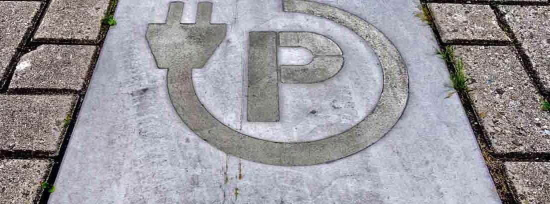 señal en el suelo que indica un punto de recarga