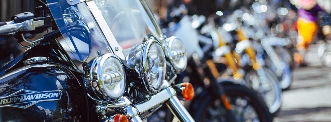 Varias motos aparcadas