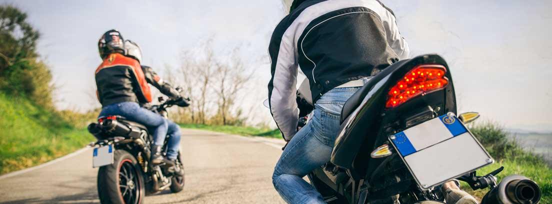 Varios motoristas en sus motos