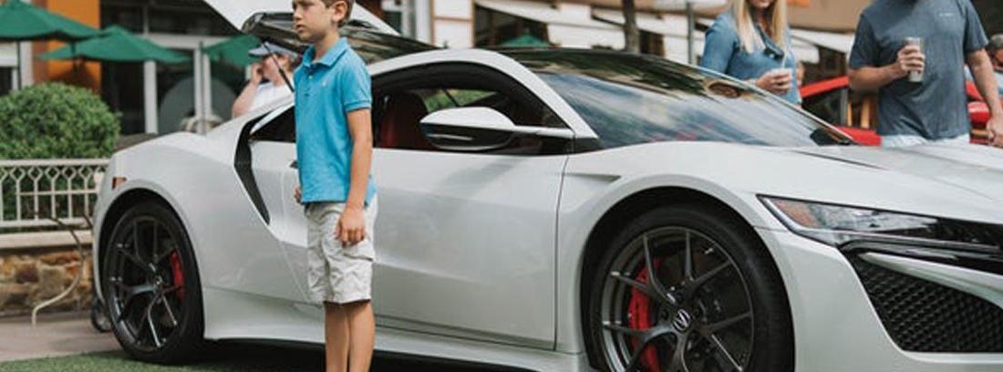Niño delante de un deportivo banco