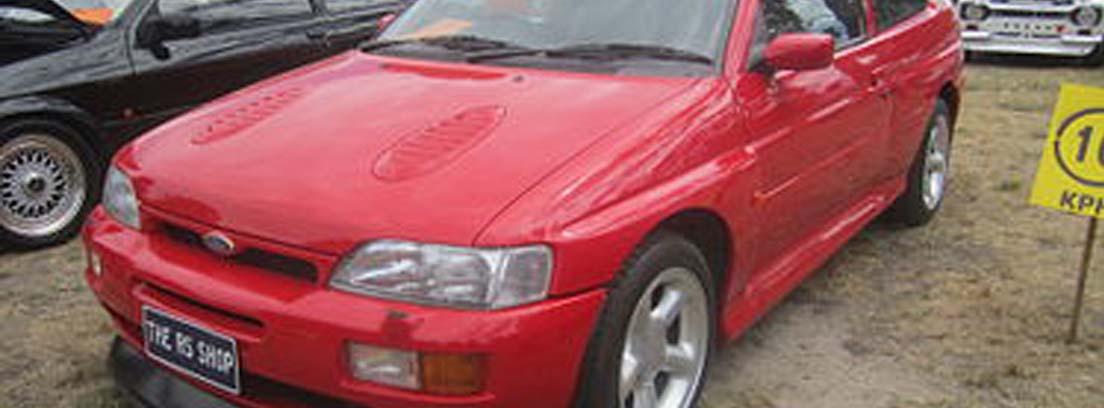 Ford Escort RS Cosworth en color rojo que es uno de los mejores coches de los 90