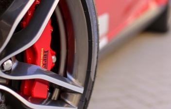 Primer plano de las pinzas de freno de un coche pintadas de rojo