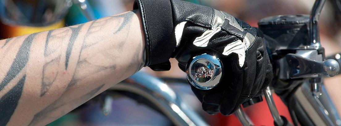 mano de un motero con un guante para conducir sobre el acelerador