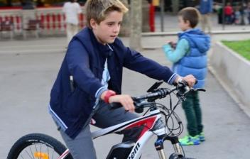 niño con una bicicleta eléctrica