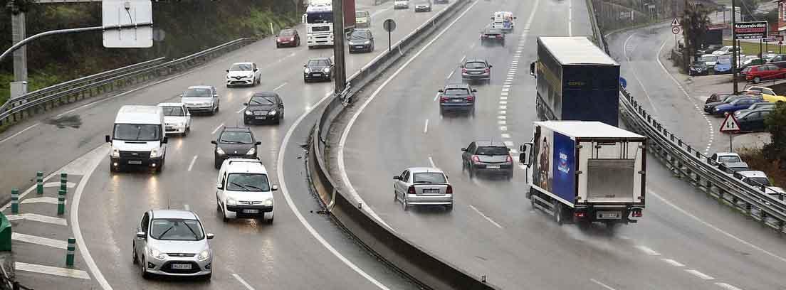 Autovía con vehículos