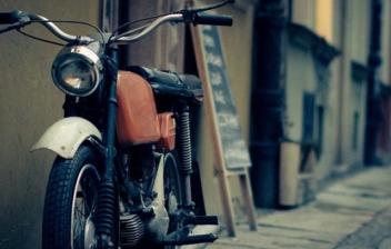 moto antigua aparcada en una calle