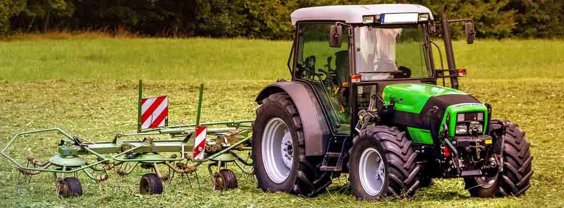 tractor con podadora en la parte posterior