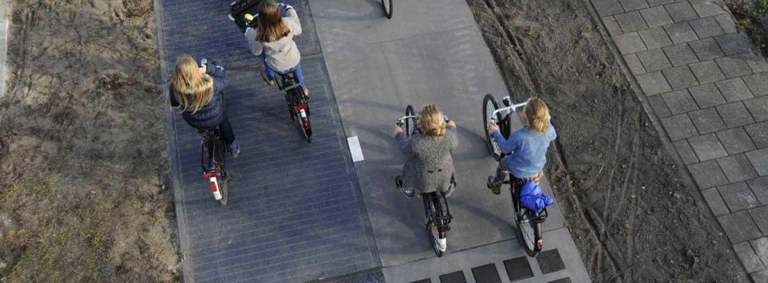 Bicicletas circulando sobre carretera solar