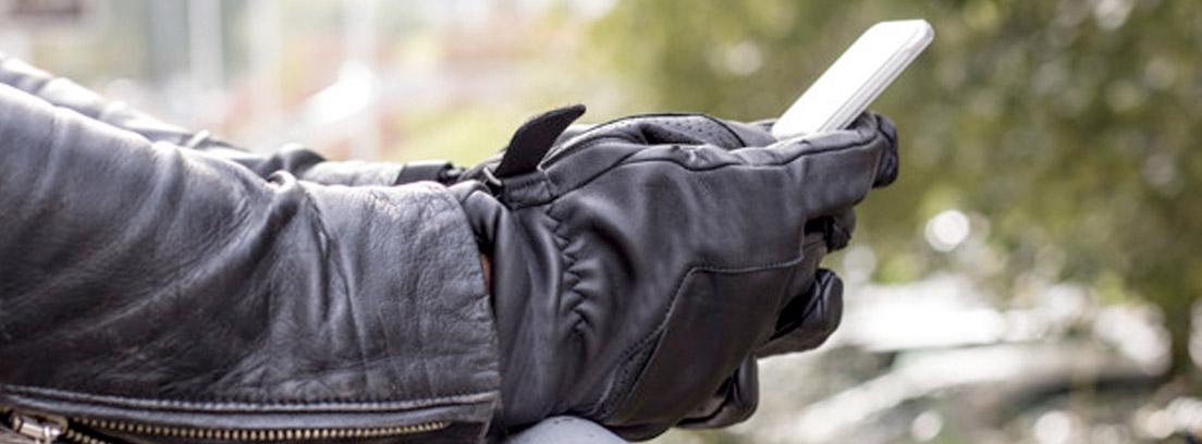motorista configurando el móvil para ponerlo en un porta móvil para moto