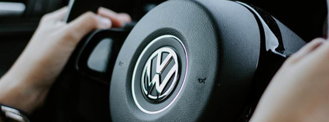 Manos sobre volante con palabra airbag en el centro