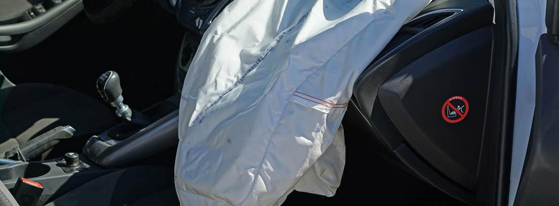 Airbags frontales delanteros desplegados dentro de un coche