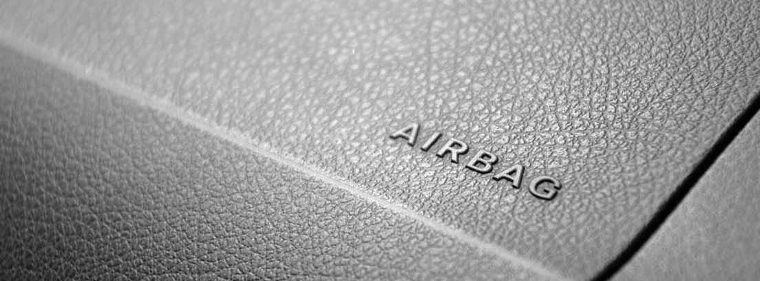 Palabra airbag sobre el salpicadero negro de vehículo