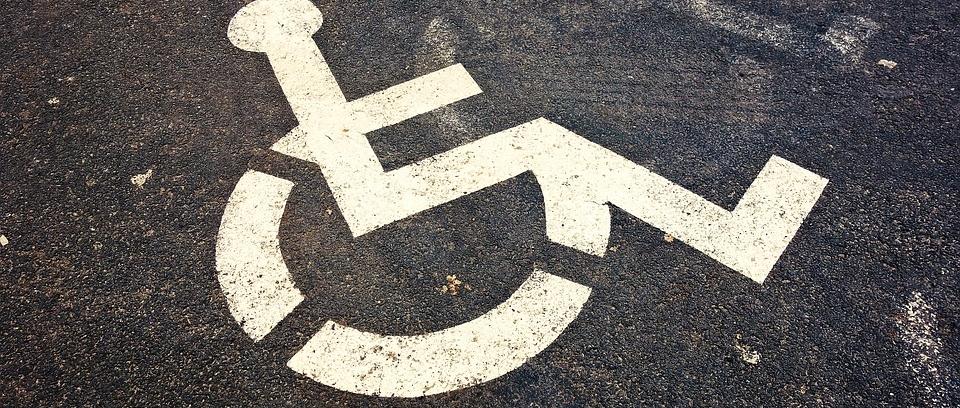 marca en el suelo de un estacionamiento para minusválidos