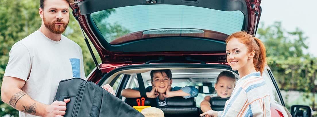 maletero lleno, con niños asomándose desde el asiento de atrás