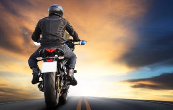 Conductor con chaleco con airbag para moto sobre su motocicleta