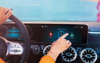 mujer manejando la pantalla táctil del Mercedes Clase A