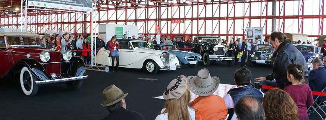 varios vehículos clásicos en el concurso de elegancia
