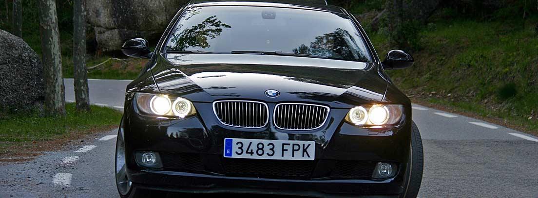 Coche BMW negro con matrícula de España