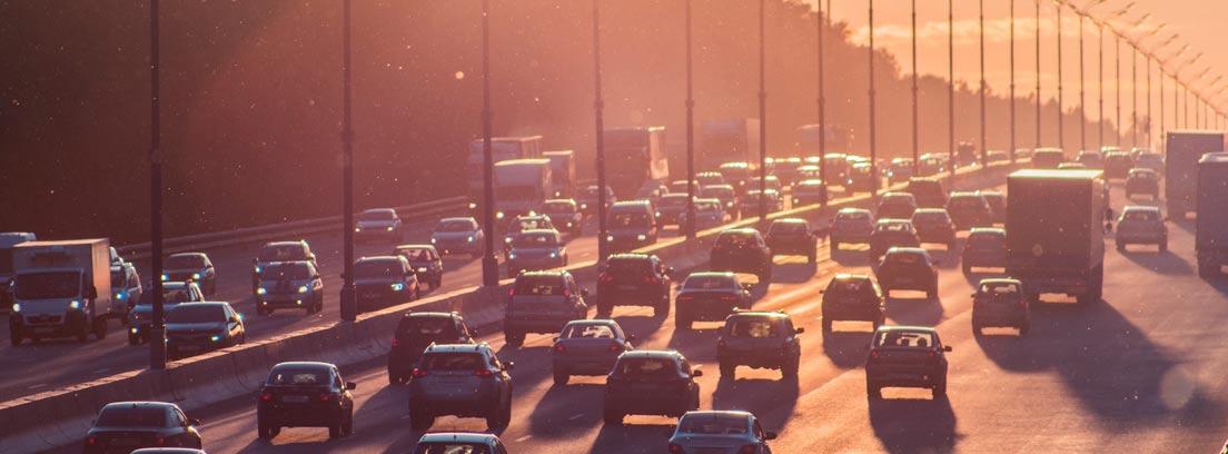 Autovía con muchos coches parados en todos los carriles