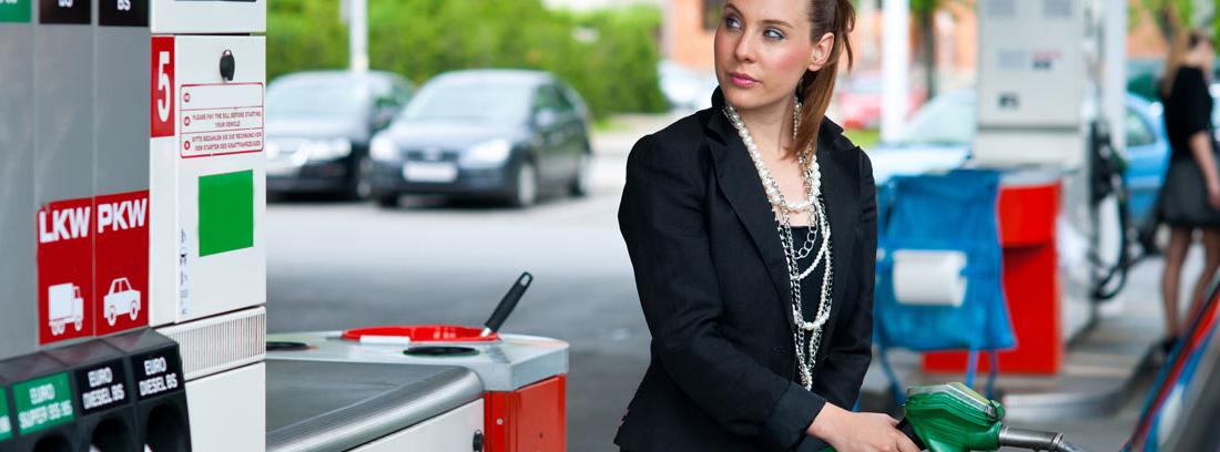 mujer repostando su coche
