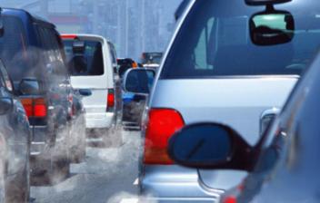 varios coches emitiendo gases contaminantes