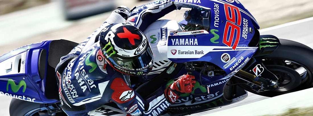 moto de competición Yamaha en un circuito