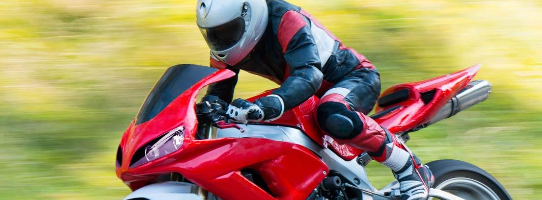 piloto conduciendo una moto de competición roja