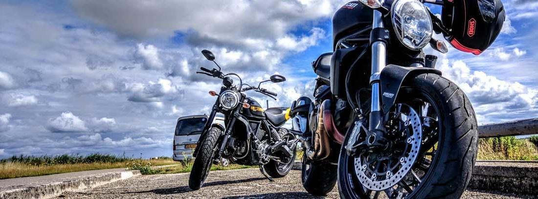Dos motos paradas en la carretera