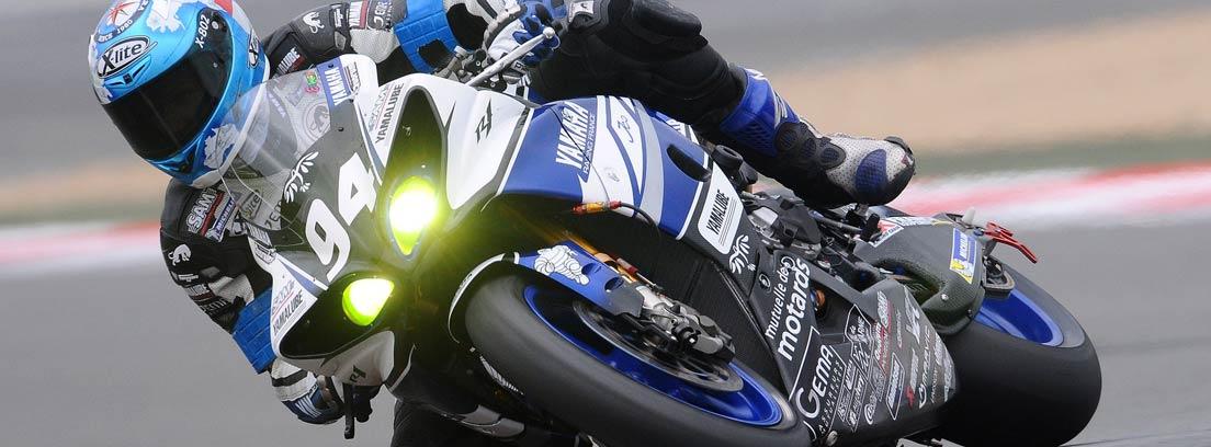 Moto deportiva con piloto en competición