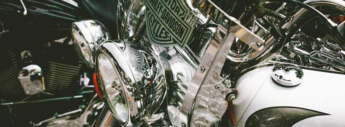 Vista delantera de una moto Harley Davidson
