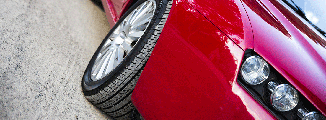 Rueda de coche rojo