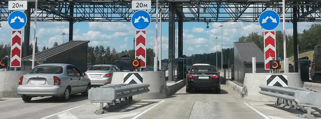 Coches parados en el peaje de una autopista