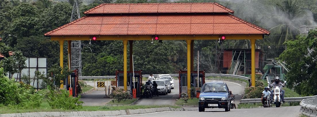 Zona de peaje con coches y motos detenidas