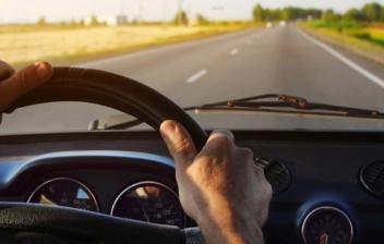 Hombre dentro de un coche con las manos en el volante
