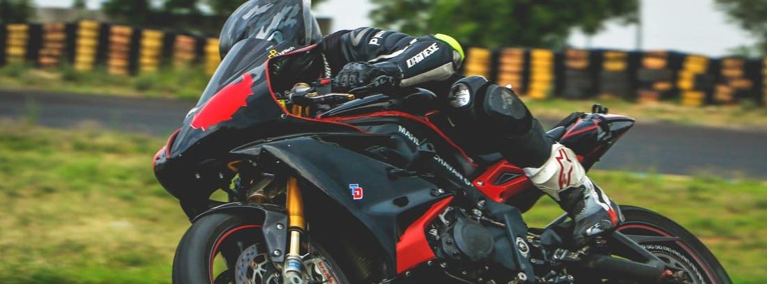 Vista lateral de carenado de moto en competición.