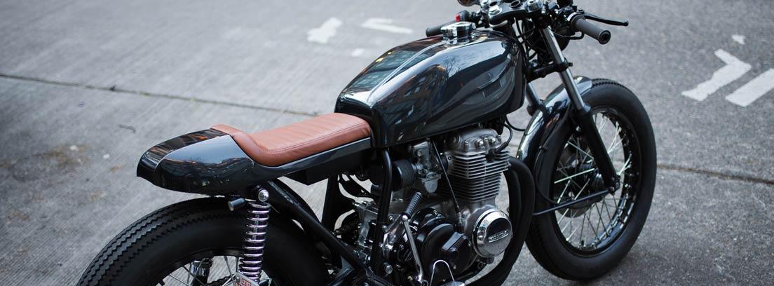 Motocicleta vintage negra sin carenado